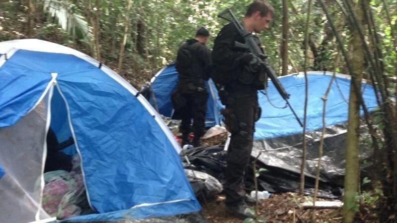 20.set.2013 -  Policiais do Bope (Batalhão de Operações Policiais Especiais) descobriram um acampamento de traficantes durante uma operação na manhã desta sexta-feira (20) no morro da Covanca, na Praça Seca, zona oeste do Rio de Janeiro