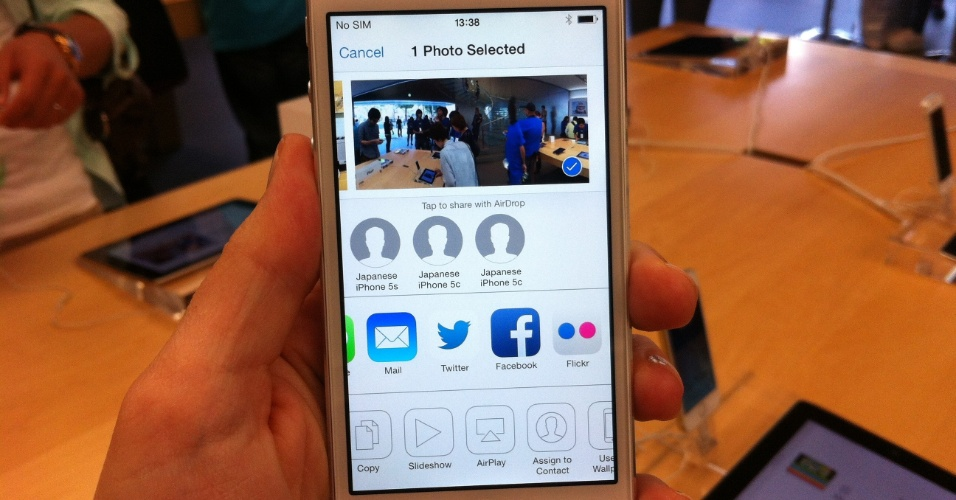 20.set.2013 - Sistema operacional iOS 7 permite fácil compartilhamento de fotos. O Twitter só está disponível para compartilhar uma única foto. Até cinco imagens podem ser enviadas por e-mail, postadas no Facebook, no Flickr, copiadas, impressas ou compartilhadas via AirDrop (ferramenta da Apple para troca de dados em uma mesma rede Wi-Fi)