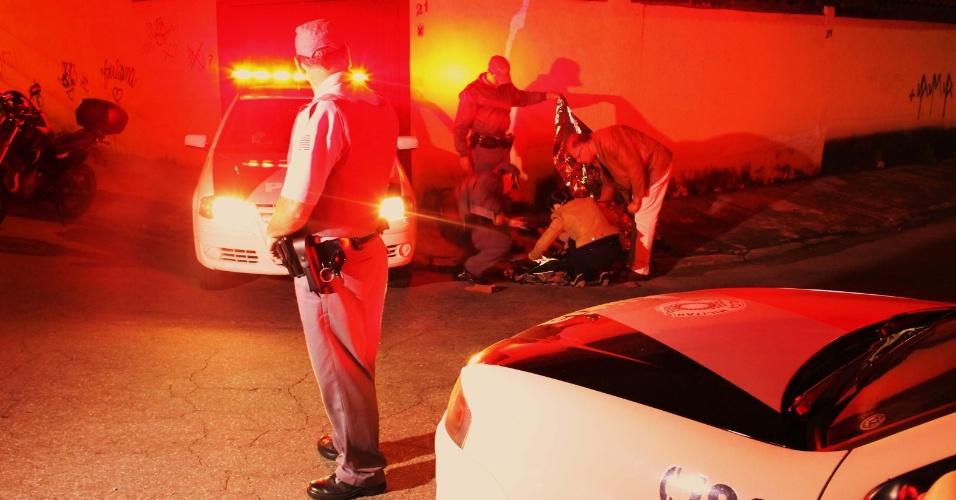 20.set.2013 - Um homem de aproximadamente 25 anos é morto ao ser atingido com nove tiros, sendo três na cabeça, na rua Erva Andorinha, próximo ao Hospital das Clínicas, na zona oeste de São Paulo, na noite de quinta-feira (19). A vítima fugia de agressores que estavam em uma moto. Até o momento ninguém foi preso. O caso foi apresentado no 63º Distrito Policial
