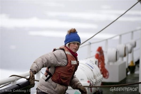 20.set.2013 - Uma brasileira está entre os 30 ativistas do Greenpeace detidos pela pela Guarda Costeira da Rússia. Ana Paula Alminha Maciel, 31, e outros 29 ativistas do grupo protestavam contra a companhia russa Gazprom por causa da exploração de petróleo no Ártico