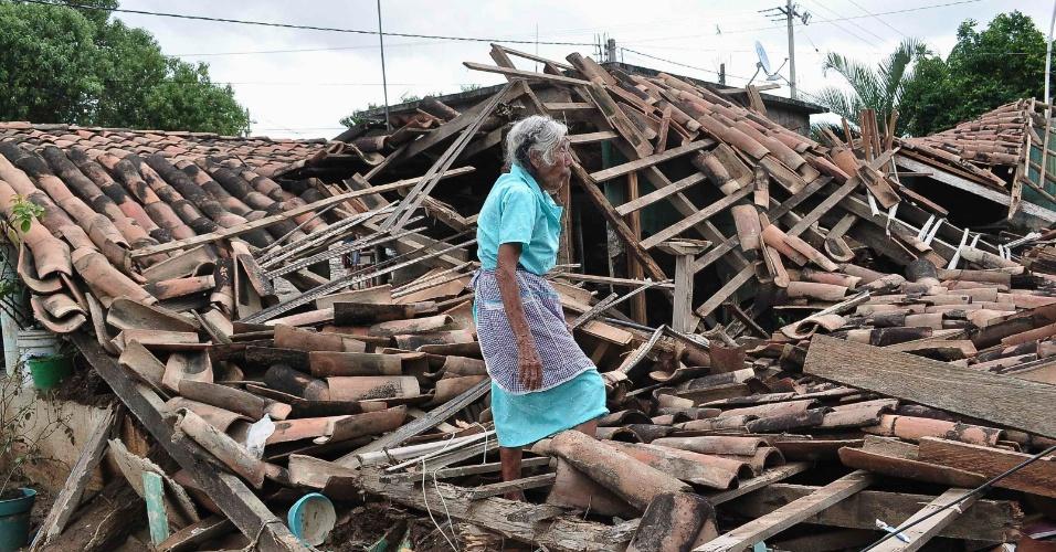 20.set.2013 - Uma mulher anda sobre os escombros da sua casa, destruída pela passagem da tempestade tropical Manuel, em Água Caliente, na periferia de Acapulco, nesta sexta-feira (20). A região sofreu uma das piores enchentes dos últimos anos causadas pela passagem de duas tempestades tropicais, Ingrid e Manuel