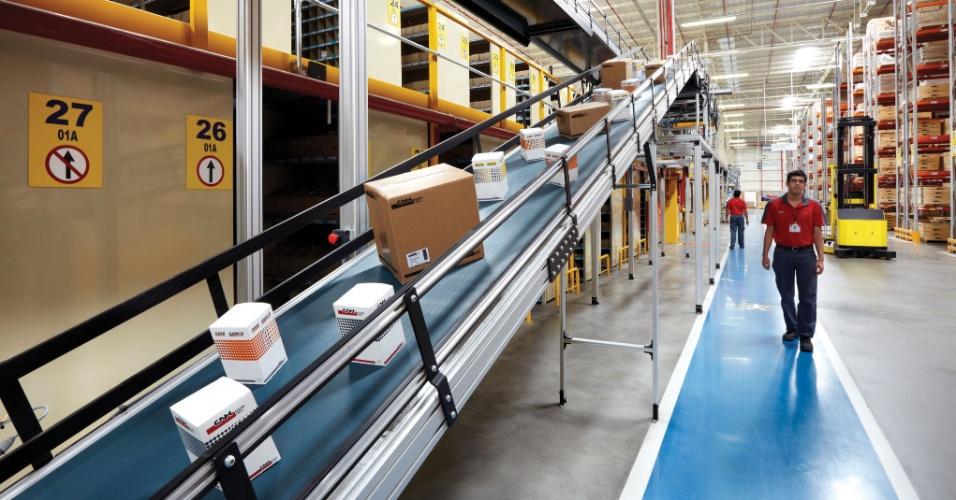 As peças que chegam na fábrica da Case, que produz máquinas agrícolas em Sorocaba, são separadas e guardadas em almoxarifados, como na foto