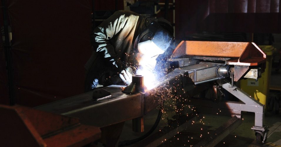 Com um sistema de 150 máquinas de solda que custou US$ 32 milhões, a fábrica da Case em Sorocaba junta as chapas de aço já dobradas para formar peças maiores; um sistema de exaustão ajuda a dispersar a fumaça