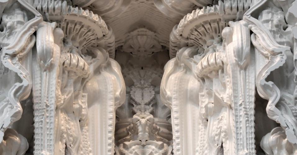 """Os arquitetos Michael Hansmeyer e Benjamin Dillenburger utilizaram impressoras 3D para fazer a instalação """"Digital Grotesque"""". A peça consiste em uma espécie de gruta que se parece com um altar de uma catedral com 3,2 metros de altura. O material utilizado para a construção da peça foi areia"""