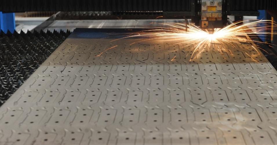 Para produzir peças maiores da colheitadeira, como os chassis e o rotor, um tubo giratório que separa as sementes do resto da planta depois que ela é colhida pela máquina, a Case utiliza chapas de aço; Na fábrica de Sorocaba (SP), cerca de 10.000 são fatiadas por dia em três linhas de corte a laser; cada chapa tem cerca de 25 mm de expessura