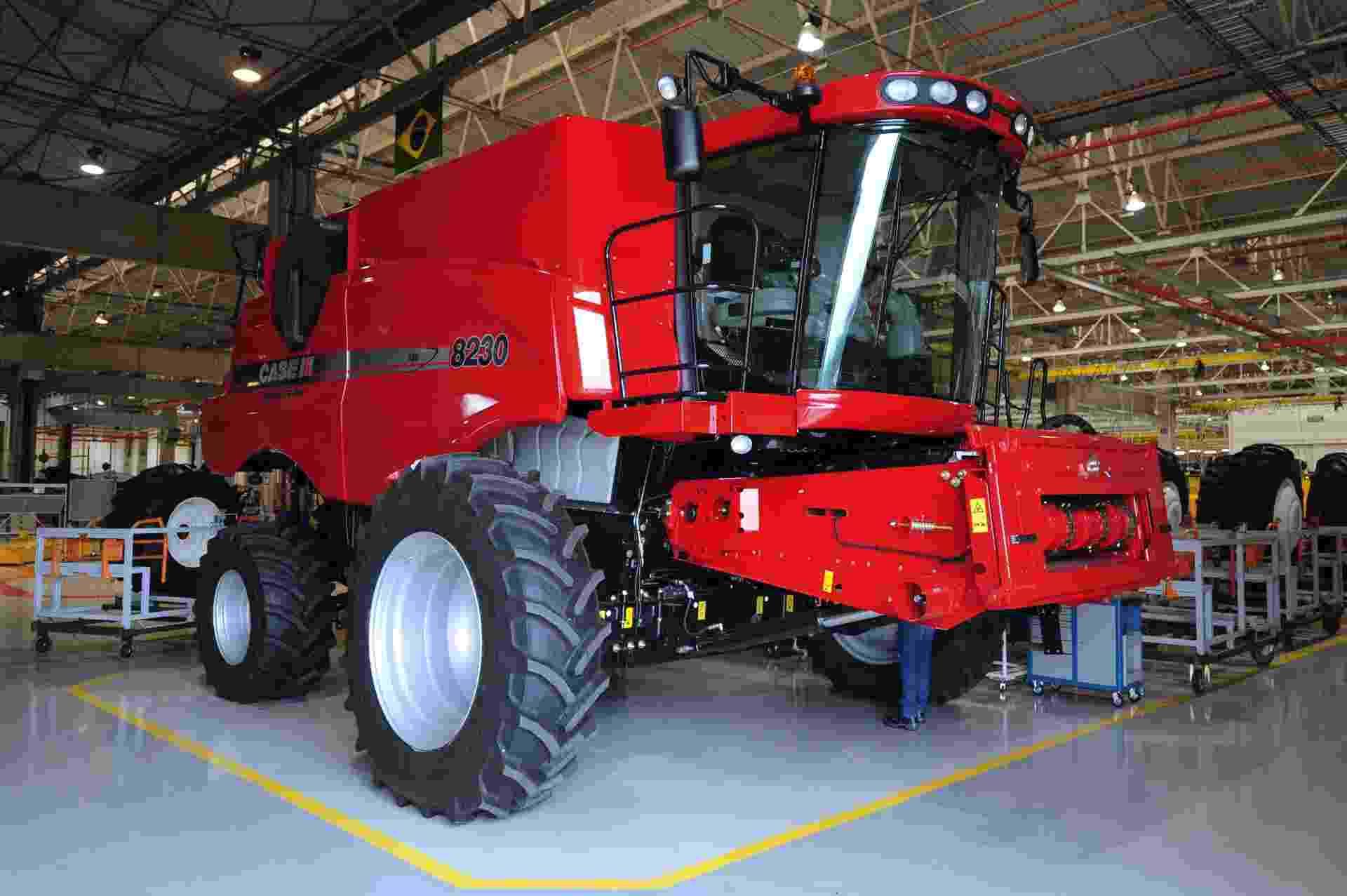 Somente até agosto de 2013, a venda de máquinas agrícolas no Brasil já chegou a quase 5.000 unidades, contra 3.093 no mesmo período de 2012, um aumento de 61,4% segundo dados da Anfavea (Associação Nacional de Fabricantes de Veículos Automotores); na imagem, uma colheitadeira 8230 da marca Case - Junior Lago/UOL