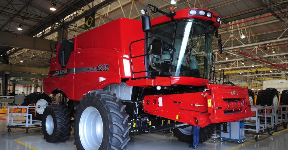 Somente até agosto de 2013, a venda de máquinas agrícolas no Brasil já chegou a quase 5.000 unidades, contra 3.093 no mesmo período de 2012, um aumento de 61,4% segundo dados da Anfavea (Associação Nacional de Fabricantes de Veículos Automotores); na imagem, uma colheitadeira 8230 da marca Case