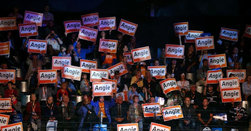 """21.set.2013 - Apoiadores exibem placas onde se lê """"Angie"""", apelido da primeira-ministra alemã Angela Merkel e favorita nas eleições em comício em Berlim (Alemanha)"""