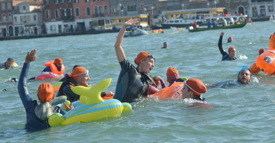 21.set.2013 - Ativistas protestam contra a presença de navios de cruzeiro na lagoa histórica de Veneza, na Itália