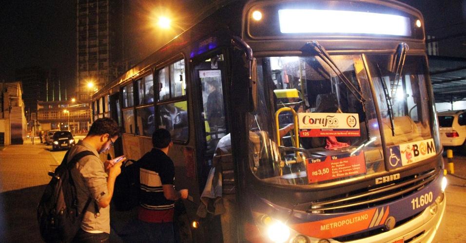 """21.set.2013 - Começou a circular na noite dessa sexta-feira (20) a linha de ônibus 24h apelidados de """"corujão"""" da EMTU (Empresa Metropolitana de Transportes Urbanos de São Paulo), que circularão nas madrugadas e fins de semana na região oeste de São Paulo"""