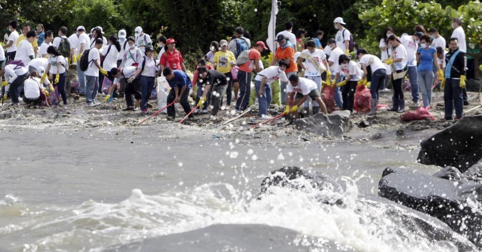 21.set.2013 - Mutirão de filipinos coletam toneladas de lixo em reserva ecológica na ilha da Liberdade, ao sul de Manila (Filipinas) por ocasião do Dia da Limpeza Costeira Internacional