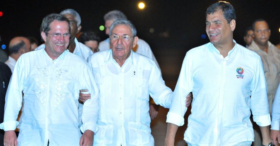 21.set.2013 - O presidente cubano, Raúl Castro (ao centro), recepciona o presidente do Equador, Rafael Correa (à direita), e o chanceler do país, Ricardo Patiño