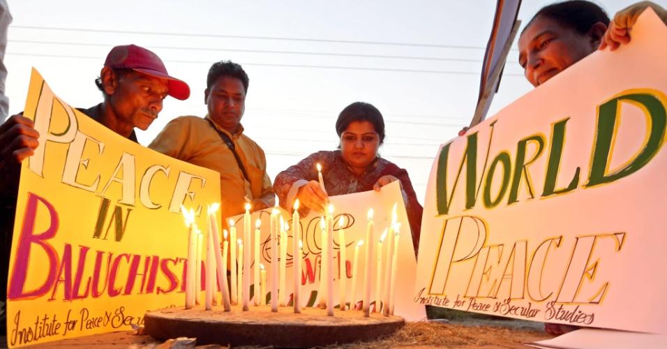 21.set.2013 - Pessoas acendem velas durante protesto pelo Dia Internacional da Paz, em Lahore, no Paquistão