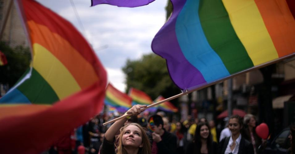 21.set.2013 - Pessoas participam da Parada do Orgulho Gay no centro de Sófia, na Bulgária, neste sábado (21)