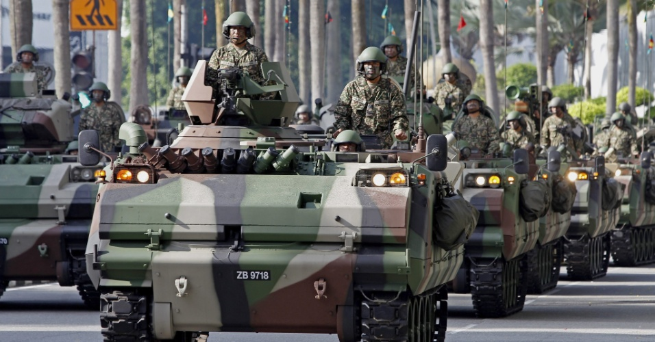 21.set.2013 - Soldados desfilam em blindados do Exército da Malásia por ocasião do 80º aniversário das Forças Armadas, na capital Kuala Lumpur