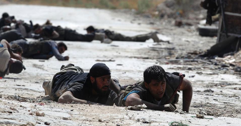 21.set.2013 - Soldados do Exército Livre da Síria rastejam para se proteger de atiradores na linha de frente de combate em Aleppo, na Síria