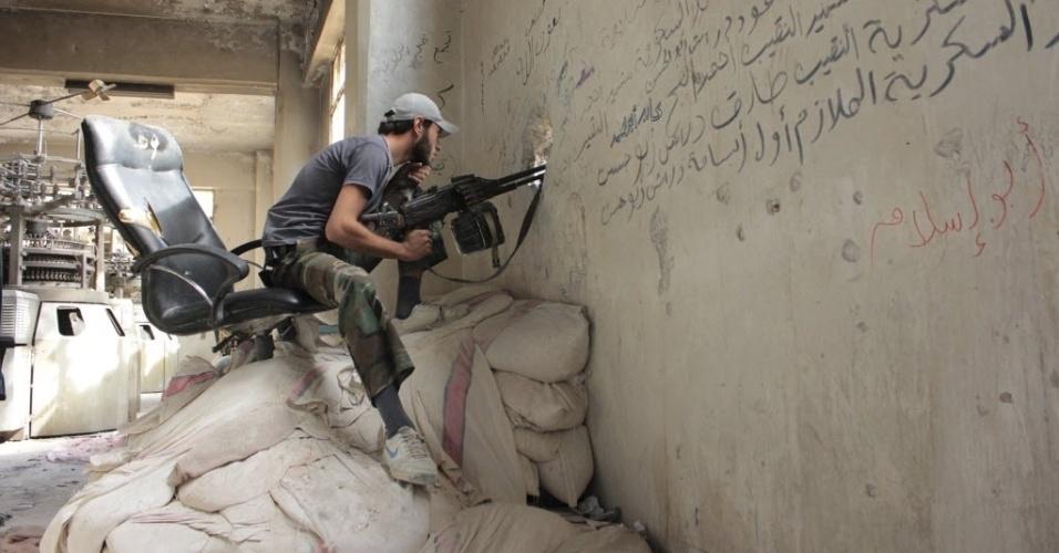 21.set.2013 -Combatente do Exército Sírio Livre vigia bairro de Aleppo. Neste sábado (21), a Síria enviou todas as informações sobre armas químicas que eram esperadas pela Opaq (Organização para a Proibição de Armas Químicas) como parte do acordo firmado por Rússia e Estados Unidos para evitar um ataque norte-americano.