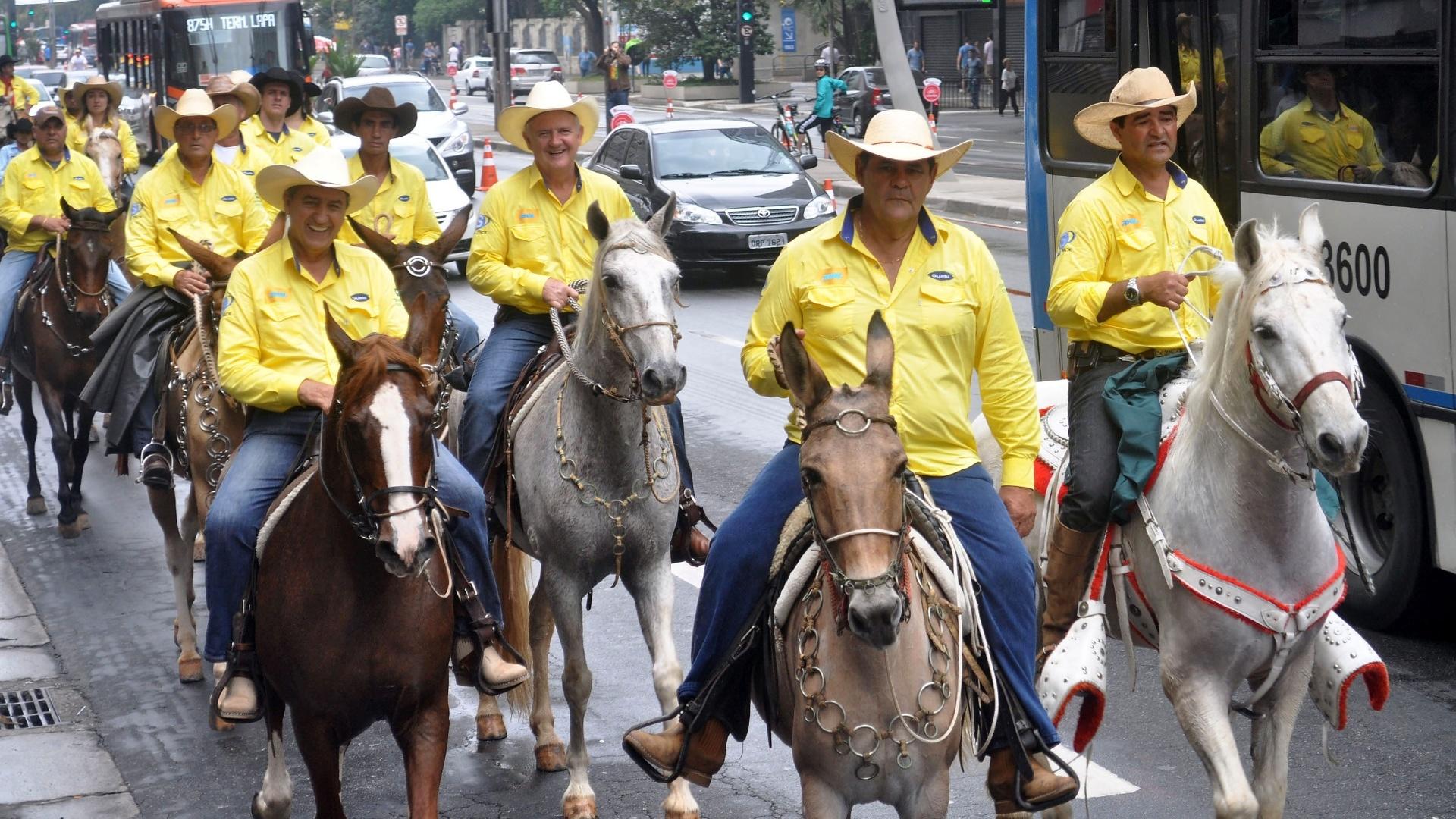 22.set.2013 - Cavaleiros de São Bernardo do Campo, na Grande São Paulo, realizam cavalgada na avenida Paulista, região central de São Paulo, neste domingo (22), para marcar o Dia Mundial Sem Carro