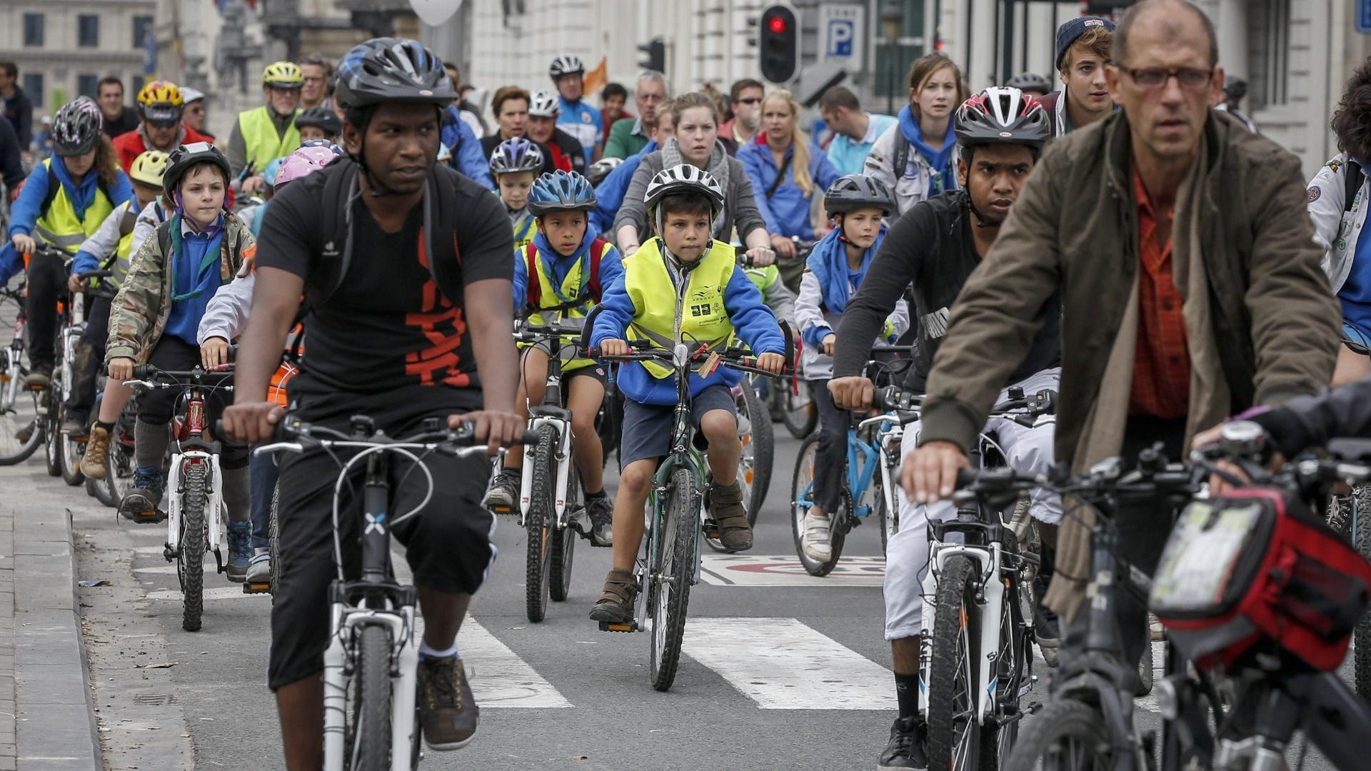 22.set.2013 - Ciclistas andam de bicicleta no Dia Mundial Sem Carro, em Bruxelas, na Bélgica. Os 19 municípios da região de Bruxelas fecharam vias para o tráfego de automóveis, como parte da Semana da Mobilidade