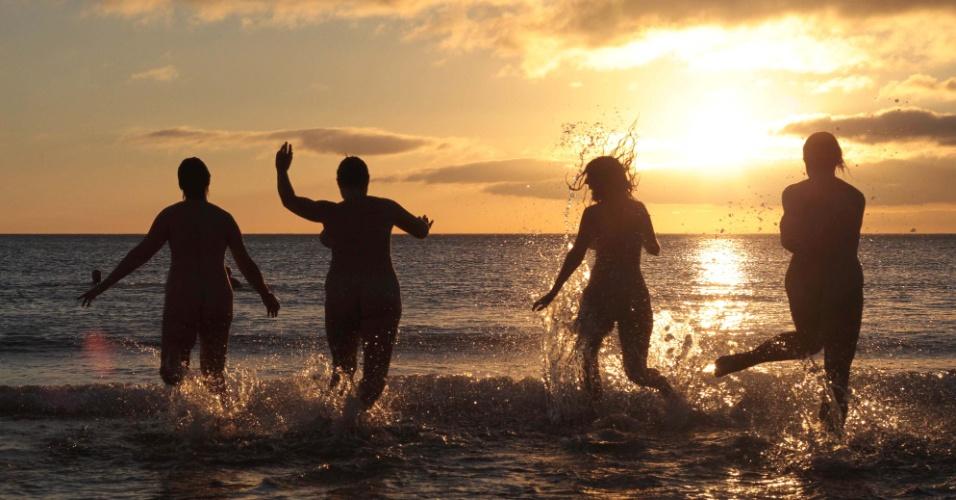 """22.set.2013 - Nudistas participam do evento anual """"Mergulho sem roupa"""" em Northumberland, na Inglaterra. Cerca de 200 pessoas enfrentaram o frio para tentar quebrar o recorde mundial de maior grupo nudista mergulhando"""