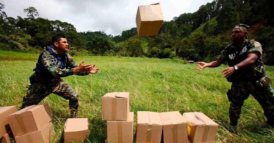 22.set.2013 - Soldados descarregam caixas com suprimentos para vítimas de enchente no Estado de Guerrero, no México