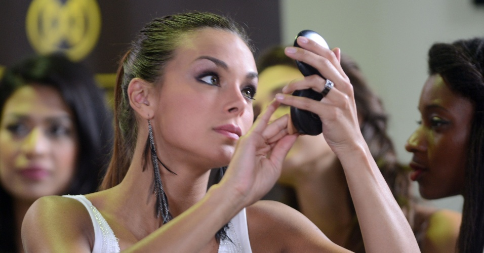 23.set.2013 - A miss França, Marine Lorpheline, acerta a maquiagem durante intervalo de programa de televisão em Bali, na Indonésia, onde será realizado o concurso Miss Mundo 2013, no sábado (28)