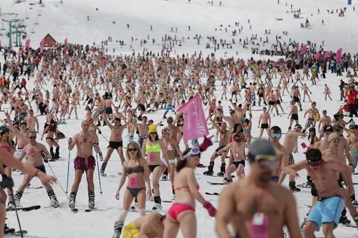 23.set.2013 - A página oficial do livro dos recordes Guiness divulgou nesta segunda-feira (23) a foto do que seria o maior desfile de esquiadores da neve usando roupas de praia. O feito foi atingido pela empresa Sugarelle, em Sherengesh, na Rússia