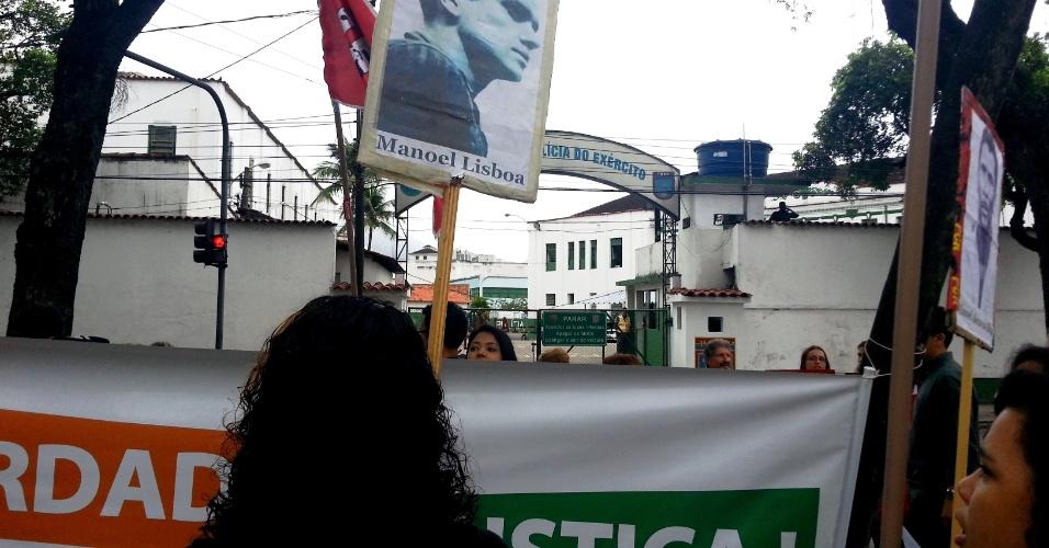 23.set.2013 - Manifestantes homenageiam pessoas que desapareceram durante a ditadura militar