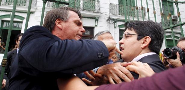 O deputado Jair Bolsonaro (PP-RJ) (esquerda) e o senador Randolfe Rodrigues (PSOL-AP) discutem enquanto membros da Comissão da Verdade entravam no 1º Batalhão da Polícia do Exército - Márcia Foletto/Agência O Globo