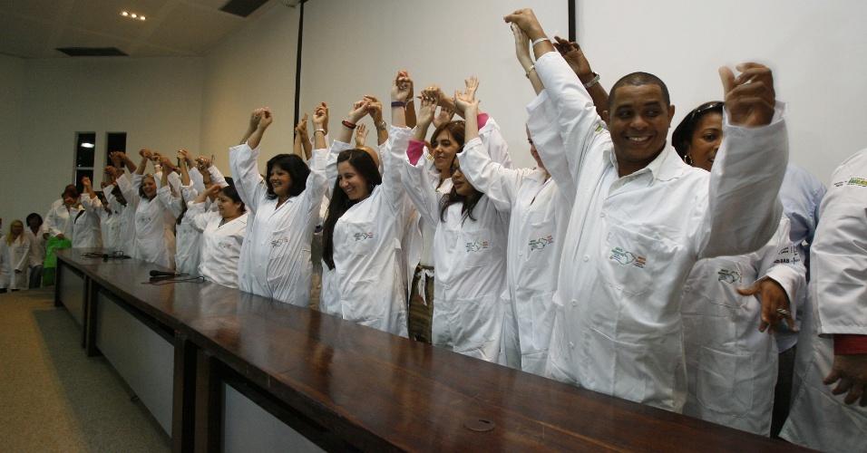 23.set.2013: A Secretaria Estadual de Saúde realiza cerimônia para receber os profissionais do programa Mais Médicos na União de Municípios da Bahia (UPB), no Centro Administrativo da Bahia (CAB), em Salvador, na manhã desta segunda-feira (23). Os médicos estrangeiros foram encaminhados aos municípios baianos em que irão atuar. Houve também a entrega dos jalecos com o logotipo do programa governamental.