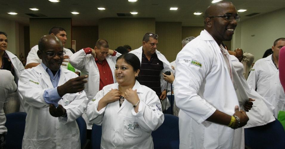 23.set.2013: A Secretaria Estadual de Saúde realiza cerimônia para receber os profissionais do programa Mais Médicos na União de Municípios da Bahia (UPB), no Centro Administrativo da Bahia (CAB), em Salvador, na manhã desta segunda-feira (23). Os médicos estrangeiros foram encaminhados aos municípios baianos em que irão atuar. Houve também a entrega dos jalecos com o logotipo do programa governamental