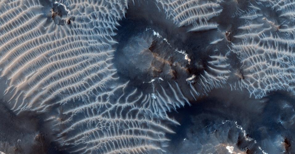 """24.set.2013 - A Mars Express, sonda da Nasa (Agência Espacial Norte-Americana) que orbita Marte desde 2006, fotografou vales negros esculpidos pelo vento no """"Labirinto da Noite"""", localizado na região vulcânica de Tharsis Rise, que tem mais de 4.000 km de extensão, 200 km de largura e 7 km de profundidade. Os cânions marcianos são escuros devido à composição de grãos de ferro derivados de minerais de rochas vulcânicas marcianas, ao contrário das claras dunas terrestres, que são compostas por quartzo"""