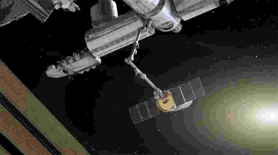 24.set.2013 - A Nasa (Agência Espacial Norte-Americana) e a Orbital Sciences decidiram adiar em quase uma semana a aproximação e a acoplagem da Cygnus (concepção artística) para não atrapalhar a chegada do novo trio de astronautas na Estação Espacial Internacional (ISS, na sigla em inglês), prevista para a próxima quarta-feira (25). A Nasa disse que só confirmará a nova data depois da acomodação da tripulação da missão 37, mas adiantou que a manobra espacial deverá acontecer só depois de sábado (28). A cápsula chegou a fazer contato com a ISS no último domingo (22), data inicial de sua chegada, mas um erro em um de seus programas impediu que ela prosseguisse com a aproximação e fosse agarrada pelo braço robótico - como a Cygnus precisou de mais 48 horas para encontrar a trajetória orbital da plataforma, os cientistas disseram que o cronograma apertado atrapalharia os astronautas a bordo - Orbital Sciences