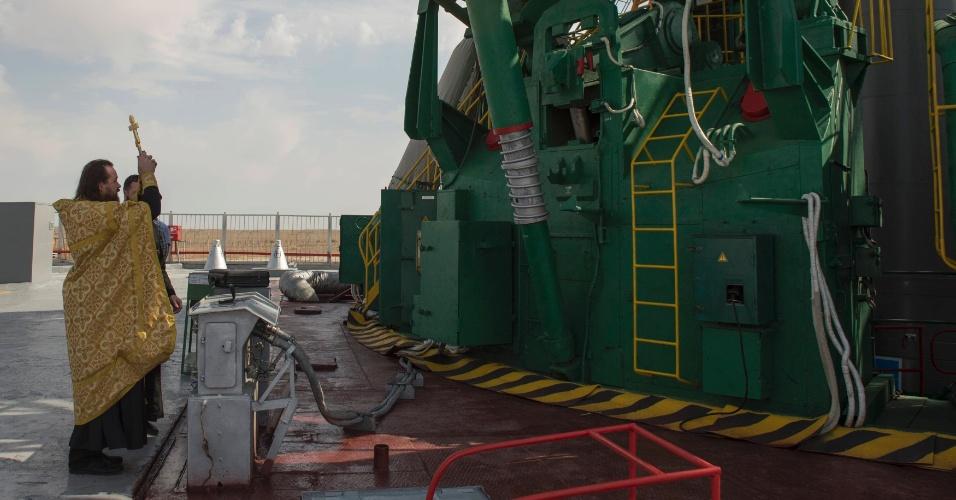 24.set.2013 - Um padre ortodoxo abençoa a Soyuz TMA-10M na base de lançamento do Cosmódromo de Baikonur, no Cazaquistão. A nave russa vai levar o novo trio de astronautas - os russos Oleg Kotov e Sergey Ryazanskiy o norte-americano Mike Hopkins - para a Estação Espacial Internacional (ISS, na sigla em inglês) na madrugada da próxima quinta-feira (26) - que corresponde às 17h56 de quarta-feira (25), no fuso horário de Brasília