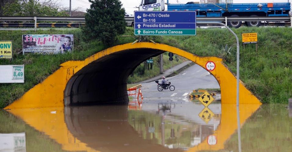 24.set.2014 - Imagem de viaduto é refletida em inundação após chuvas em Rio do Sul (SC), uma das cidades catarinenses mais atingidas pelas chuvas no último fim de semana. O governador de Santa Catarina, Raimundo Colombo (PSD), assinou decreto de emergência no Estado