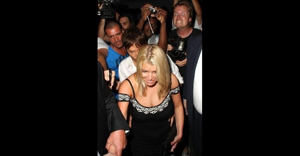 A cantora Britney Spears é alvo de um photobomb protagonizado por um fotógrafo.