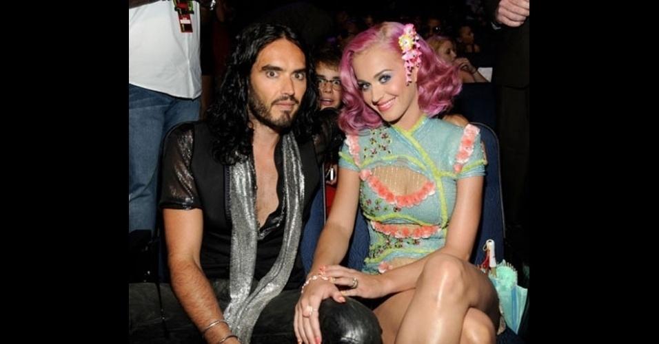 A cantora Katy Perry foi alvo de um photobomb feito por Justin Bieber, atrás de óculos