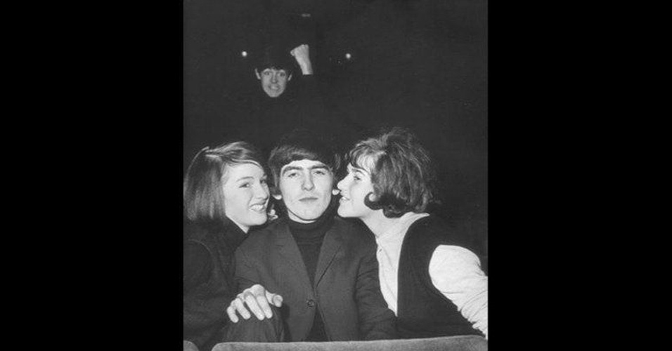 Em foto antiga, o ex-Beatle Paul McCartney ''photobomba'' George Harrison. As imagens ''photobomb'' (termo em inglês que consiste em algo ou alguém aparecer inesperadamente em uma foto provocando um efeito engraçado) sempre guardam algum elemento engraçado e surpreendente