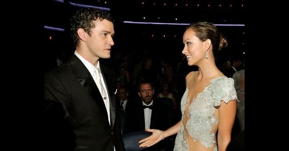Hugh Laurie aparece sério no plano de fundo enquanto a atriz Olivia Wilde conversa com o cantor Justin Timberlake . As imagens ''photobomb'' (termo em inglês que consiste em algo ou alguém aparecer inesperadamente em uma foto provocando um efeito engraçado) sempre guardam algum elemento engraçado e surpreendente