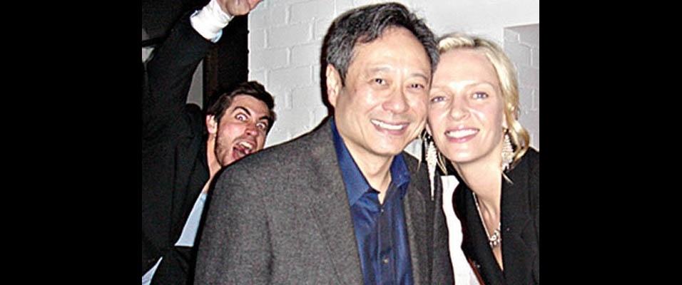 Jake Gyllenhaal aparece de surpresa na foto do diretor Ang Lee com a atriz Uma Thurman