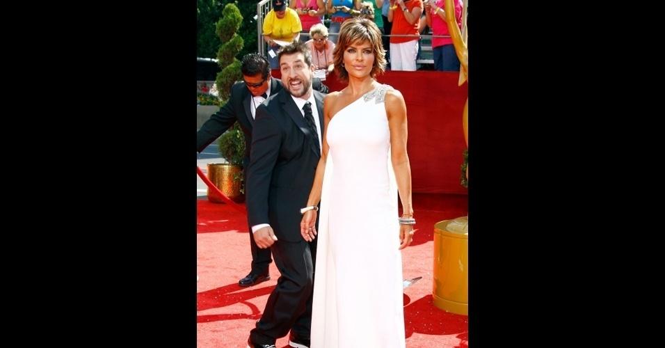 Joey Fatone estraga a foto da atriz Lisa Rinna durante o Emmy 2008 na Califórnia, EUA