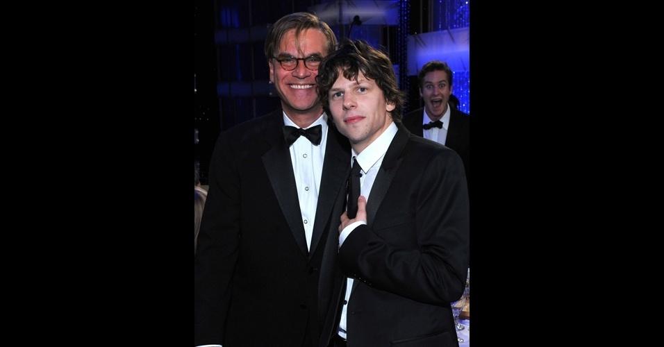 No plano de fundo, Armie Hammer aparece de surpresa na foto do roteirista Aaron Sorkin (esq.) e do ator Jesse Eisenberg (ele interpretou Mark Zuckerberg em ''A Rede Social'')