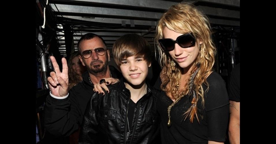 O ex-baterista dos Beatles Ringo Starr aparece de surpresa na foto tirade pelo cantor Justin Bieber (esq.) e Kesha