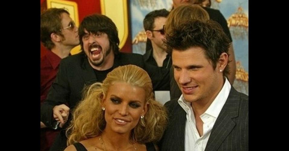 O vocalista do Foo Fighters, David Ghrol, estraga a foto de Jessica Simpson e Nick Lachey