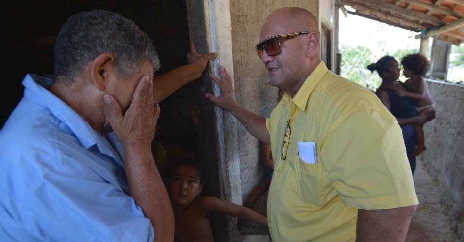 24.set.2013 -Médico cubano Jose dos Santos (à dir.) conversa com o agricultor Raimundo Conceição durante visita dos profissionais do Mais Médicos ao povoado de Pedra Grande de Adelino, em Vargem Grande (MA)