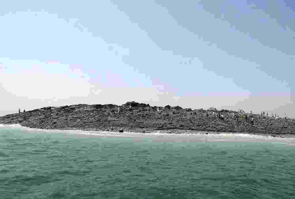 25.set.2013 -  Fotografia divulgada pelo governo do Paquistão mostra uma ilha de 200 metros de largura e 100 de comprimento que se formou após o terremoto em Gwadar, no Paquistão. Abalo de magnitude de 7,7 graus na escala Richter teria originado a formação - Governo do Paquistão/EFE