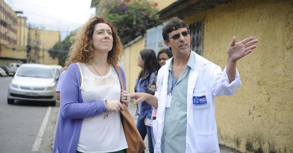 25.set.2013 - Médicos estrangeiros do programa Mais Médicos visitam Realengo, na zona oeste do Rio de Janeiro, uma das áreas onde irão trabalhar