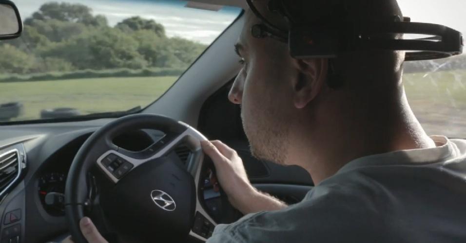 25;set;2013 - Pesquisadores australianos apresentaram nesta quarta-feira um protótipo de carro que freia se os sensores situados na cabeça do motorista detectarem que está distraído. O acelerador do veículo recebe ordens de um capacete com 14 sensores que medem o tipo e a quantidade de atividade cerebral e podem determinar seu nível de concentração, explicou Geoffrey Mackellar, um pesquisador de neuromecânica Emotiv
