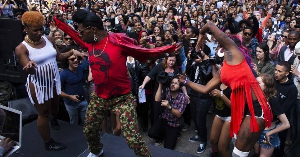 """25.set.2013 - Pessoas participam do """"Twerkers"""", evento organizado para quebrar o recorde mundial do maior número de pessoas executando uma dança conhecida como """"twerking"""", em Nova York, nesta quarta-feira (25)"""