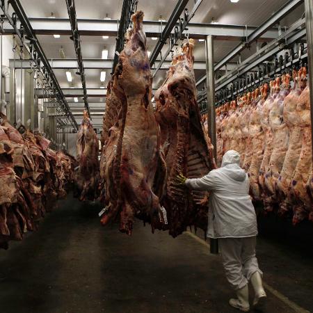 7.out.2011 - Operário em linha de processamento de frigorífico da Marfrig, localizado na cidade de Promissão (SP) - Paulo Whitaker/Reuters